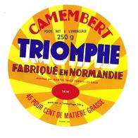 ETIQUETTE De FROMAGE..CAMEMBERT Fabriqué En NORMANDIE (Calvados 14-H)..Triomphe..distribué MARTIN à FORGES Les EAUX (76) - Cheese