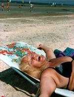 Photo Couleur Originale Extase De Femme Détendue à La Plage Vers 1970/80 - Pin-Ups