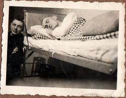 """Petite Photo Originale Portrait De Soldat Allemand Endormi Sur Son Lit & Un Copain En 1939 """" Ruhe """" Voir Légende Dos - Guerre, Militaire"""