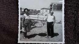 PHOTO COUPLE PRESENTANT UNE PAELLA LIEU DE VACANCES SUD CABANONS     FORMAT 8.5 PAR 8.5  CM - Personnes Anonymes