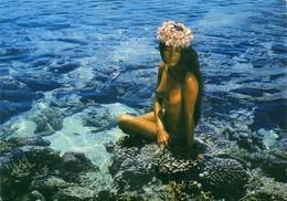 Tahitienne Aux Seins Nus  à Rangiroa Atoll Des Tuamotu  ............. - Asie