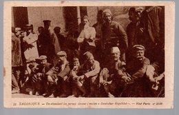 REF 467 : CPA Grece Greece Hellas Salonique En Attendant Les Permis - Greece