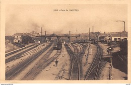 17 .n° 108303 .  Saintes . Train .la Gare .vue Generale . - Saintes
