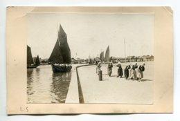 PHOTOGRAPHIE 0003 LES SABLES D'OLONNE Femmes Halage Bateau Sardinier E,ntrée Au Port    Dim 10,5 Cm X 7,50  Cm - Ile De Noirmoutier