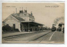 85 LUCON Carte RARE  J'arrive à  Train Entrant En Gare Des Voyageurs No 1 Edit Des Magasins Modernes   D03 2020 - Lucon