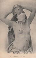 CPA:FEMME BÉDOUINE AUX SEINS NUS..ÉCRITE - Nus Adultes (< 1960)