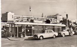 D17  ROYAN  La Gare Du Bac ... Façade De Faucillon  ..... Vue Peu Courante Avec Peugeot 403 En Gros Plan - Royan
