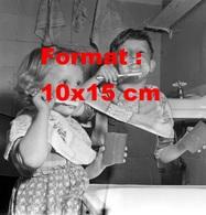Reproduction D'une Photographie Ancienne D'enfants Se Brossant Les Dents Avec Du Dentifrice Autour De La Bouche En 1959 - Reproductions