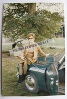 Femme Au Fusil De Chasse Assise Sur Citroen DS ID Verte 1968 Photo Originale Cliché Amateur - Automobili