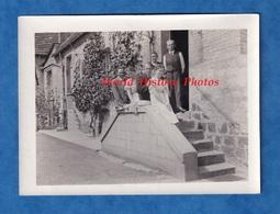 Photo Ancienne Snapshot - VERCHAIN MAUGRé ( Nord ) - Portrait Sur L'escalier D'une Belle Maison à Situer -  1935 - Lugares