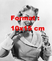 Reproduction D'une Photographie Ancienne D'une Mannequin Pour Une Publicité De Dentifrice En 1952 - Reproductions