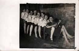 Amusante Carte Photo D'une Enfilade De Jolies Filles à La Queue Leu Leu & Mandoline En 1927, Zur Froll. Erinnerung - Pin-Ups