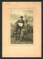 """Fotografia SEPIA Assinada E Dedicada: 2 Homens A Ler JORNAL """"PRIMEIRO De JANEIRO"""" 1915 Portugal - Ancianas (antes De 1900)"""