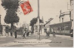MAISONS LAFFITTE ( S. Et O.). Rue De La Station. Cyclistes. Cavaliers. Café De La Station Et De La Mairie. Carte Animée. - Maisons-Laffitte