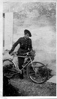 Grande Photo D'un Soldat Francais A Vélo Du 51 éme R I  De L'école Des Cadres A Montpellier En 1940 - Guerre, Militaire