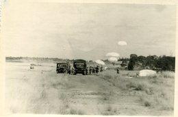 Grande Photo De Parachutiste Militaire Francais Atterrissant A Coté De Véhicule Militaire Venant Les Chercher Vers 1950 - Guerre, Militaire