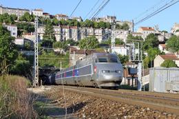 Angoulême (16 - France)  30 Mai 2009 Un Rame TGV A Assurant Un TGV Paris/Bordeaux Débouche  Du Tunnel D'Angoulême - Angouleme