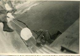 Grande Photo De Parachutiste Militaire Francais Sautant De L'avion Vers 1950 - Guerre, Militaire