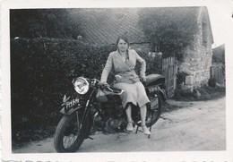 Photo D Une Moto Avec Femme Annee 50 ? Avec Aigle Ou Oiseau Sur Le Garde Boue Avant - Photographs