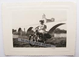 Femme Sur Moto Parisienne Motobécane ? Peugeot Terrot ? Avignon Le Pont Août 1954 Photo Originale - Automobile