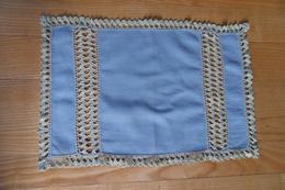 Set De Table Ou Napperon  En Coton Bleu Agrémenté De Dentelle Crochet à La Main - Loisirs Créatifs