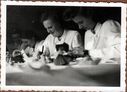 Photo Originale Femmes Confectionnant Des Décorations De Noël Sous Le III Reich - Blouses & Coiffures Bananes 1940's - Berufe