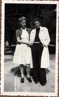 Photo Originale Portrait D'un Couple De Femmes Se Tenant Par La Main En Mai 1944 - Robe Ou Pantalon ? - Pin-Ups