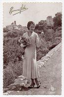 à Identifier --(village En Arrière Plan) --Bonne Fête--Portrait De Jeune Femme (jolie Robe )....  .à  Saisir - A Identifier