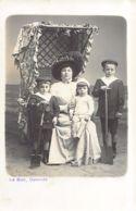 OOSTENDE (W. VL.) Carte Photo Le Bon - Famille à La Plage - Oostende