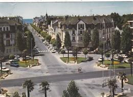 44. LA BAULE.. LA PLACE DE PALMIERS ET L'AVENUE LAJARRIGE. . ANNÉE 1976 + TEXTE - La Baule-Escoublac