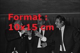 Reproduction D'une Photographie Ancienne De Raymond Devos Buvant Un Verre Avec Georges Brassens En 1968 - Repro's