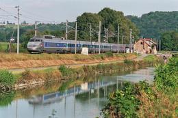 Pompierre (25)  15/09/2007 -  Le TGV PSE N°37 Assurant Le  TGV 6674 Belfort/Paris Lyon  Longe Le Canal Rhin/Rhône - Trains