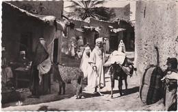 001 SCÈNES ET TYPES DU MAROC - UNE RUE DU VILLAGE ARABE - MULES CHARGÉES ET AUTOCHTONES - Morocco