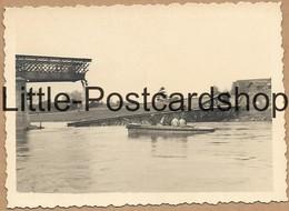 Foto Maaseik Belgien Zerstörte Maas Brücke Pioniere Im Boot 2. WK Pi. Btl. 50 Ca. 1940 - Guerra 1939-45