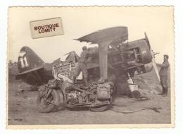 Aviation Photo Un Avion Accidenté Une Moto, Avion POLIKARPOV I 15 Chasseur Biplan Armée Russe Moto ZUNDAPP - 1939-1945: 2nd War