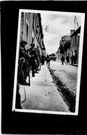 COURSEULLES  SUR MER   Le 6 Juin - Canadiens Procédant Au Nettoyage De La Rue De L'église - Courseulles-sur-Mer