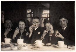 Photo Originale A Manger ! Groupe De Jeunes Gourmands Les Bouches Pleines De Gâteaux Vers 1920 - Personnes Anonymes