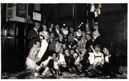 Amusante Photo Originale Groupe De Jeunes Gens Déguisés Au Salon & Légende En 1925 - Cotillons & Jour De L'An - Anonyme Personen
