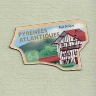 """Magnets. Magnets """"Le Gaulois"""" Départements Français. Les Pyrénées Atlantiques (64) - Publicitaires"""