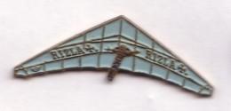 E99 Pin's Parapente Aile Delta RIZLA ULM Tabac Achat Immédiat - Paracadutismo