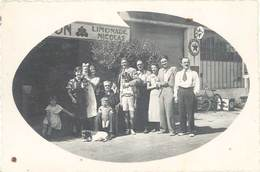 Cpa Carte-photo – Famille Devant Magasin, Pubs Limonda Nicolas, Garage, Plaque émaillée Spido, Texaco .. ( CPH ) - Magasins