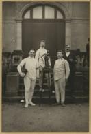 Escrime . Escrimeurs Posant Devant Un Trophée . Statue De Bronze Ou Régule . Photo L. Cairol à Montpellier . Circa 1910 - Sports