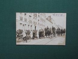 CARTE PHOTO FONTAINEBLEAU DEFILE MILITAIRE AVEC FANFARE RUE GRANDE RENTRANT CASERNE DAMESME RUE SERGENT PERRIER 1914 - Fontainebleau