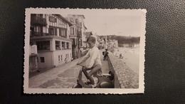 PHOTO  ENFANT SAINT JEAN DE LUZ BORD DE MER SCOOTER VELO AVEC SACOCHE  RESIDENCE L'ARTHA PAYS BASQUE JOUET - Lugares