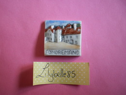 Feve PERSO Ancienne En Porcelaine - RUE DU VILLAGE - FONDREMAND 1999 ( Feves Figurine Miniture ) - Regionen