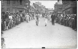 Cpa Photo Hirson / Cavalcade Du 4 Mai 1930 , 16H40 / Grosse Animation De Rue + Commerces Divers . - Hirson