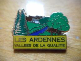 A051 -- Pin's Les Ardennes Vallees De La Qualité Arthus Bertrand - Ciudades