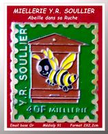 SUPER PIN'S ABEILLE-MIEL : ABEILLE Dans Sa RUCHE Pour La MIELLERIE Y.R SOULLIER , émail Base Or Médialp 91 2X2,2cm - Animaux