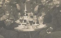 Carte Photo - Buveurs D ' Absinthe ? - Verres  - Cuilleres - Sucre - Pernod ? - Militaires - Soldats - A Identifier