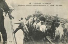 CALAIS LA CATASTROPHE DU PLUVIOSE SCAPHANDRIERS ET SAUVETEURS DEBARQUENT AU PORT - Calais